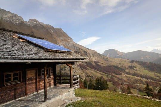 panneau-solaire-chalet-montagne
